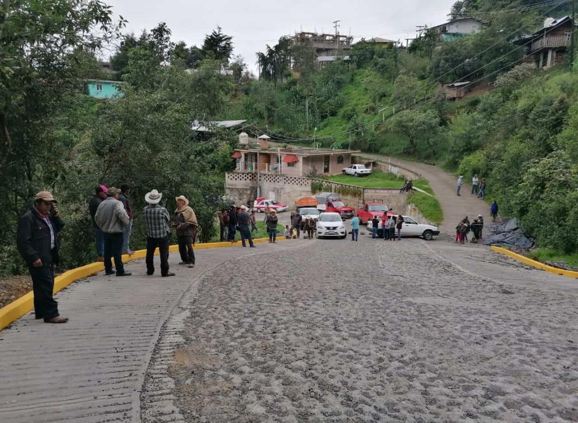 Por fallas en servicio eléctrico bloquean carretera en Texhuacán