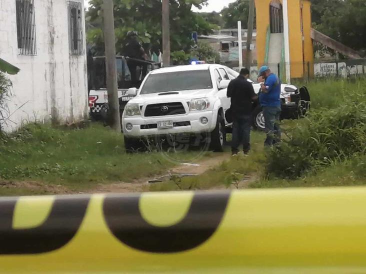 Abandonan camioneta con manchas de sangre en colonia de Coatzacoalcos