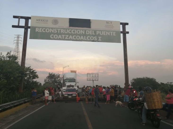 Por apagones, vecinos de la colonia Coatzacoalcos bloquean puente
