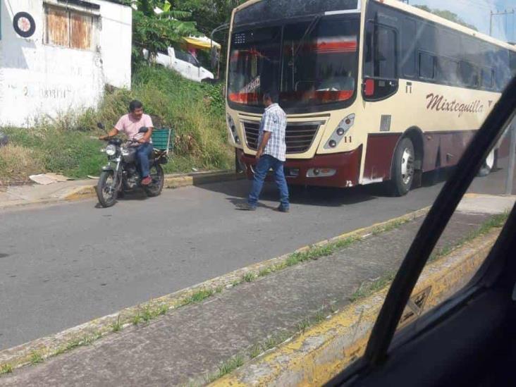 Se impacta vehículo con autobús de pasajeros en carretera Veracruz-Paso del Toro