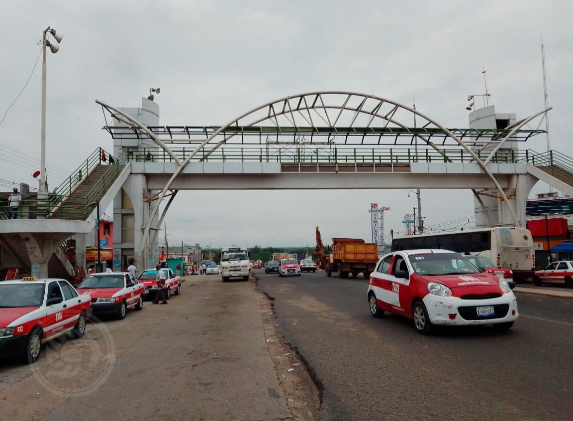 Arriesgan su vida por no usar puente peatonal en Cosoleacaque
