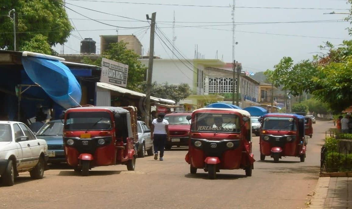 Moto taxis  y taxistas piratas invaden rutas del mixto rural