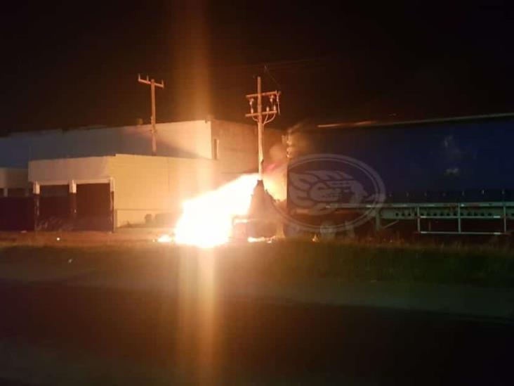 Arde tractocamión a metros de puente en Cosoleacaque