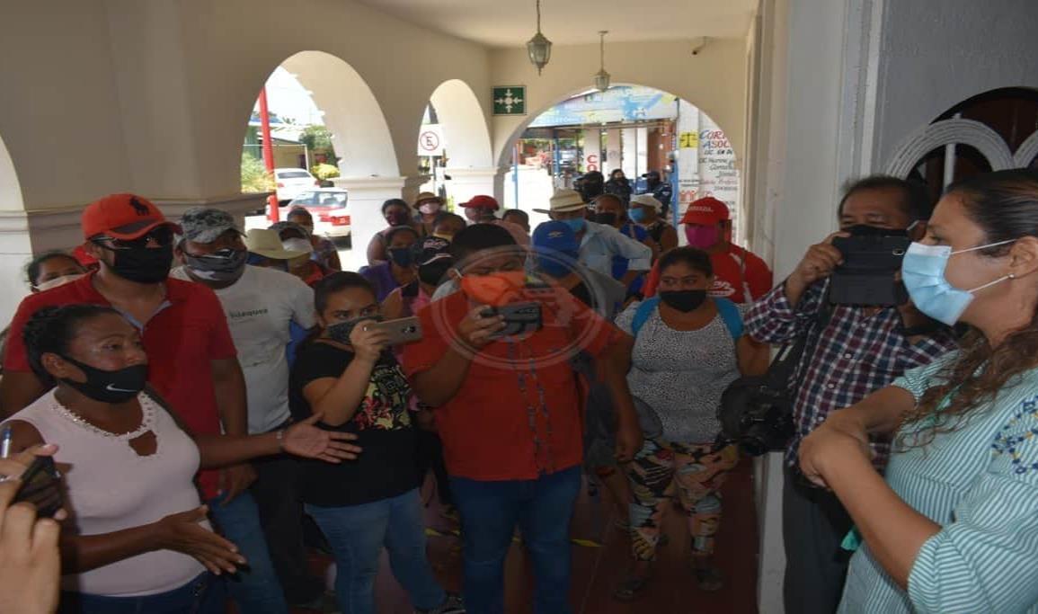 Invasores del predio Los Laureles, se manifestaron en Palacio de Oluta