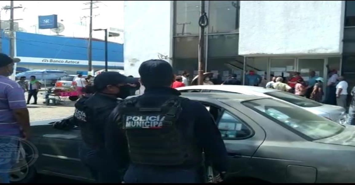 Interviene Policía Municipal ante manifestación de cuenta habientes en banco