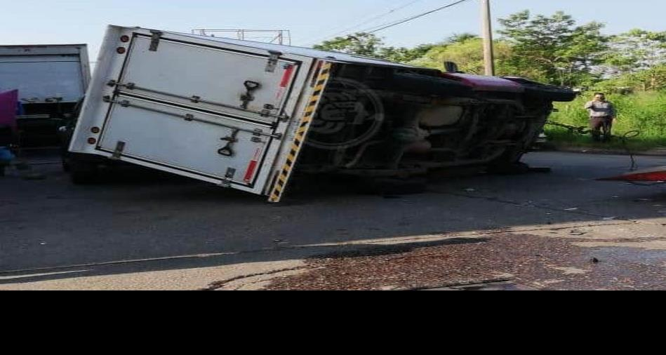 En pleno centro de Minatitlán se vuelca camioneta