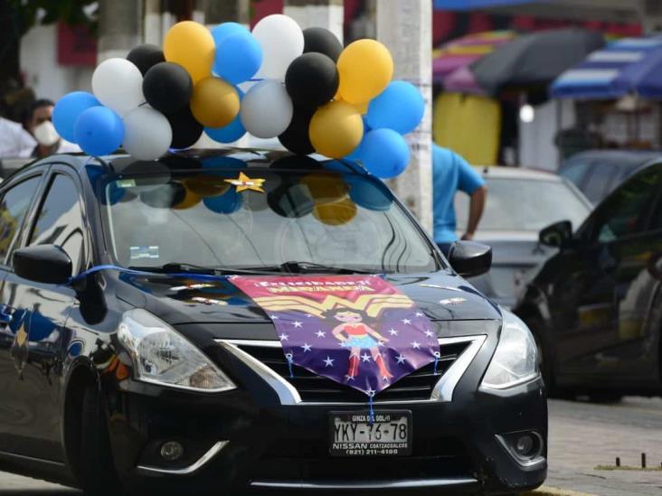 Con caravana de autos celebran graduaciones en Coatzacoalcos