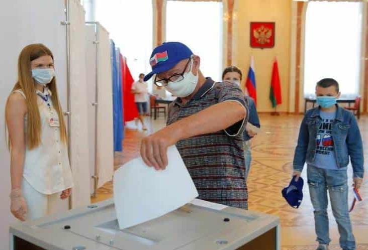 Rusos definen en consulta la permanencia de Putin