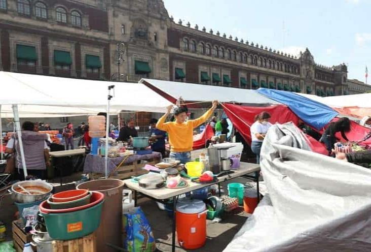 Colectivos de desaparecidos levantan plantón frente a Palacio Nacional
