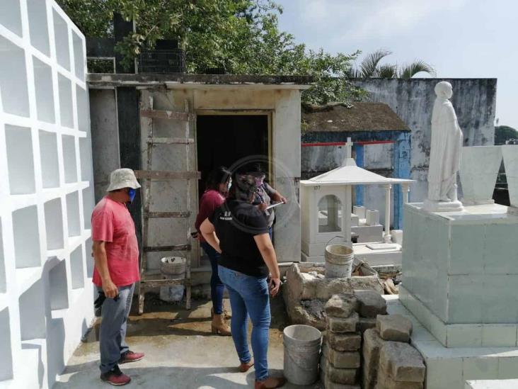 Salud inspecciona panteones de Coatza para prevenir el dengue