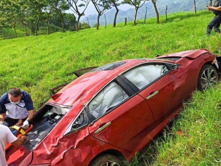 Vuelca maestra sobre carretera estatal Misantla-Xalapa y resulta gravemente herida