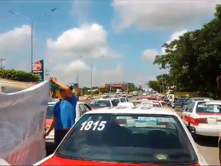 Se manifiestan taxistas por desatención de bulevar en Minatitlán