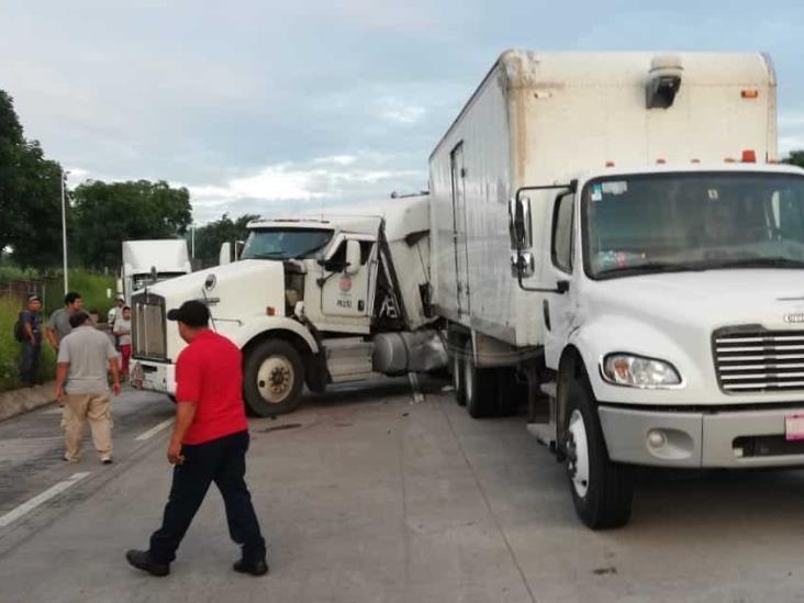 Cierran la Córdoba-Veracruz por choque en caseta en Cuitláhuac