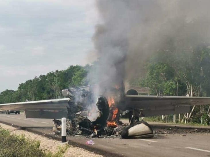 """Presunta """"narcoavioneta"""" cae en carretera de Quintana Roo y se incendia"""
