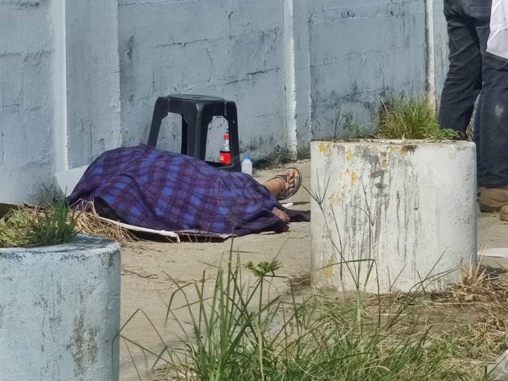 Mujer muere de infarto frente a la central camionera de Coatzacoalcos