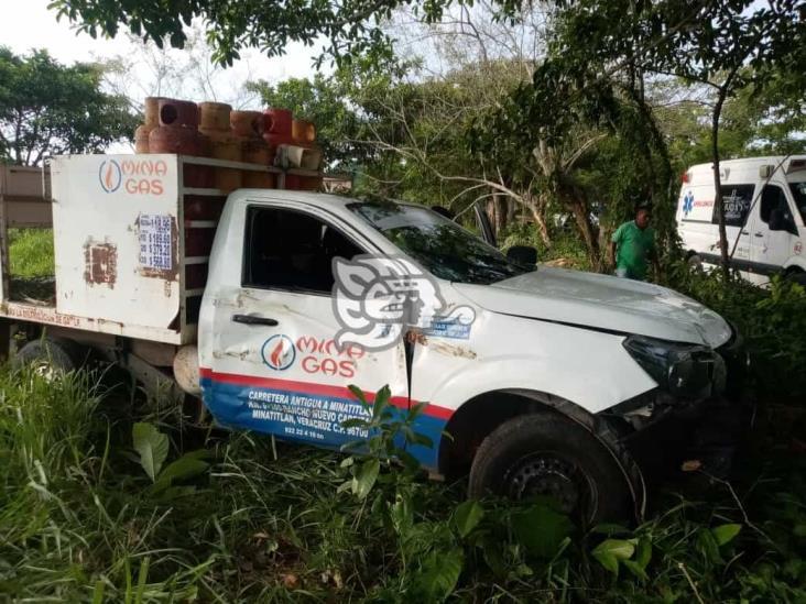 Empleado de Mina Gas choca contra árbol en Acayucan