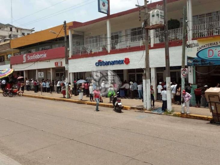 Aglomeraciones en sucursal bancaria de la zona centro de Acayucan