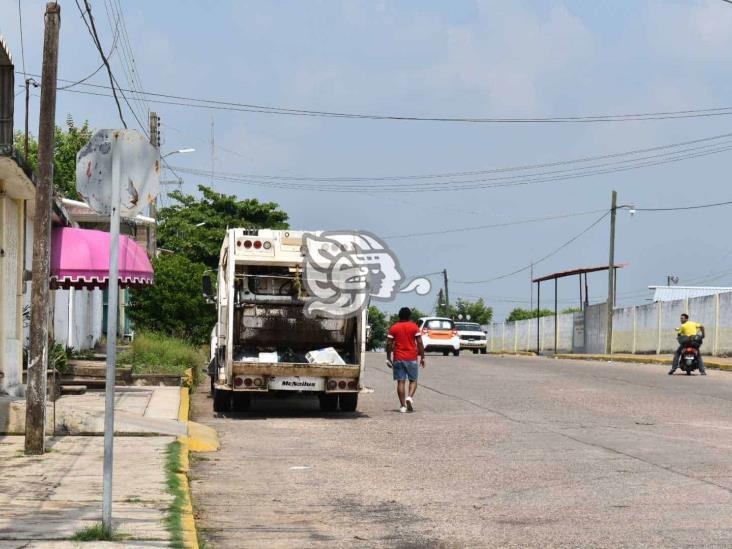 Empleado de Limpia Pública de Acayucan cae de camión recolector