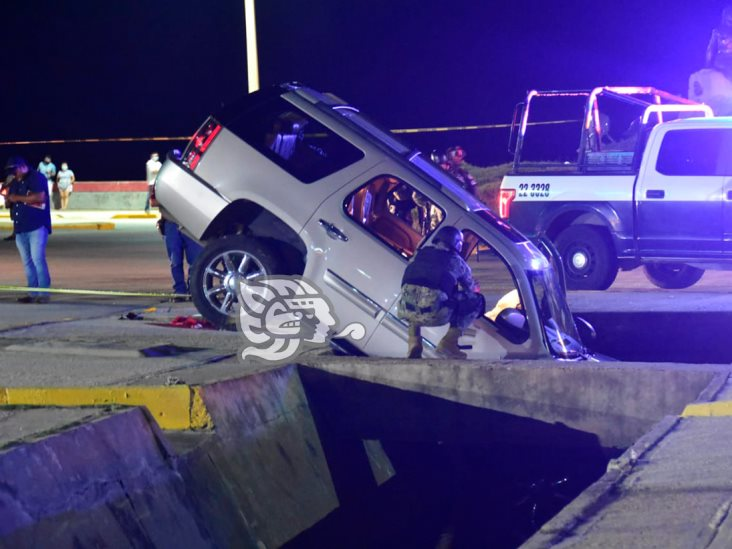 Vuelca camioneta en el malecón de Coatzacoalcos; trasciende tiroteo