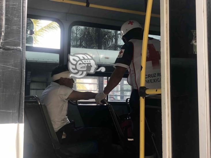 En Veracruz, hombre cae dentro de urbano y sufre lesión en la cabeza