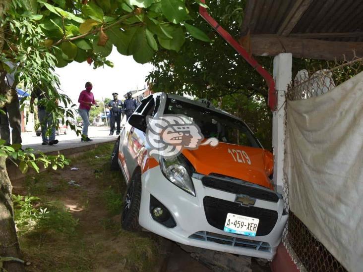 Taxista se duerme y choca contra barda de cervecería en Oluta