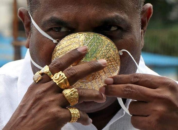 Hombre manda a diseñar un tapabocas de oro macizo para prevenir contagios