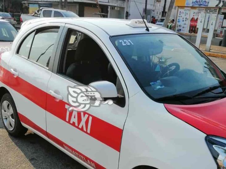 Delincuente armado roba taxi en Cosleacaque