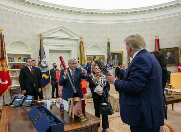 AMLO regala a Trump bate de béisbol decorado con arte Wixárika