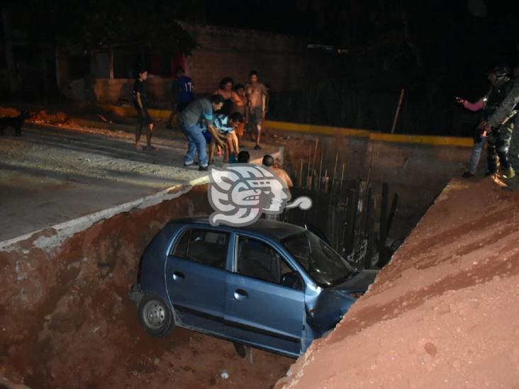 Automóvil termina en drenaje de colonia de Acayucan