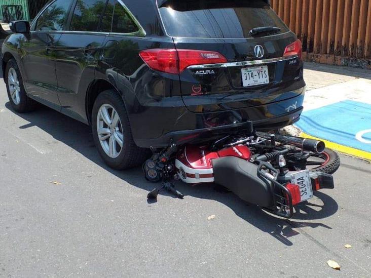 Conductor de urbano impacta a motociclista y lo proyecto contra el pavimento