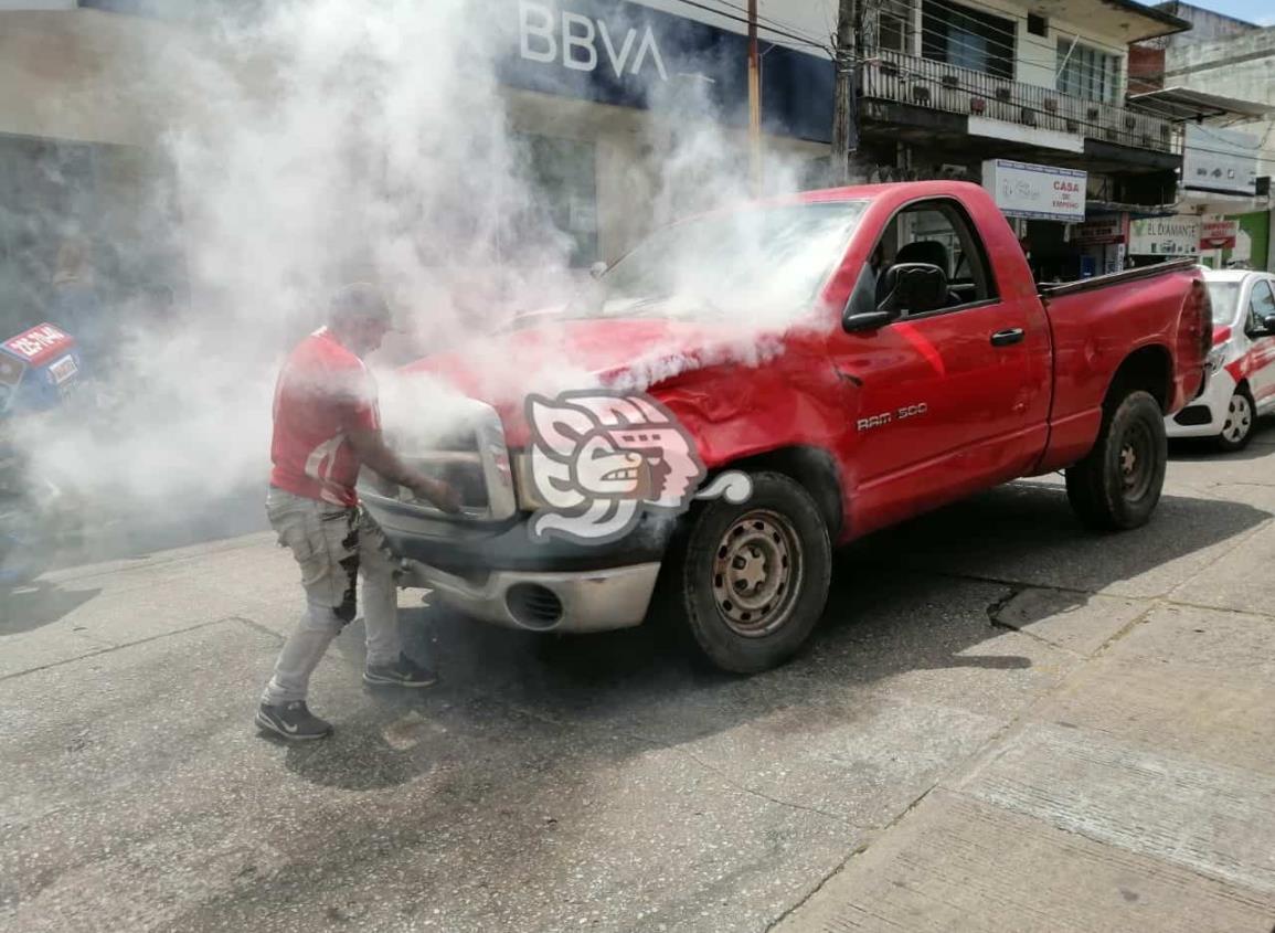 Camioneta estuvo a punto de incendiarse en el centro de Mina