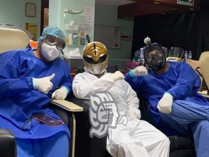 Camillero ´Ranger White´ saca sonrisas en hospital de Minatitlán