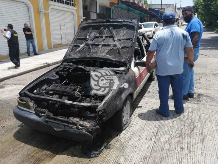 Por corto circuito, taxi se incendia en Coatzacoalcos