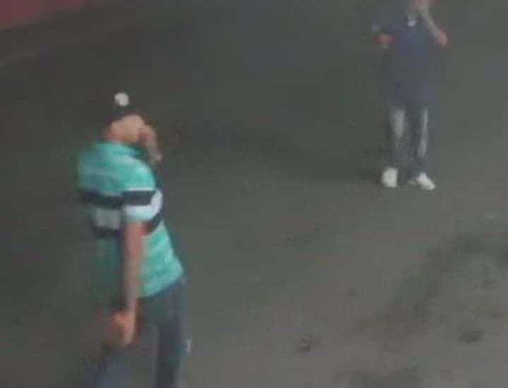 Asaltan dos sujetos con lujo de violencia tienda de conveniencia en Veracruz