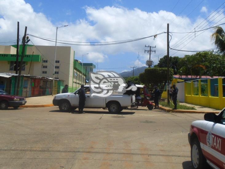 Por Covid-19 restringen paso vehicular al centro de Tatahuicapan