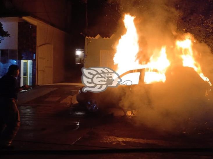 Se calcina camioneta en Acayucan; fuego habría sido provocado