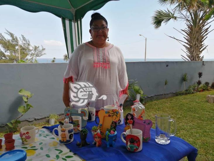 Artesana aprovecha cuarentena para elaborar tazas para personal de salud