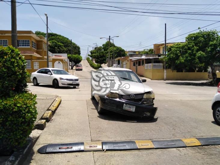 Choque entre autos particulares deja daños materiales