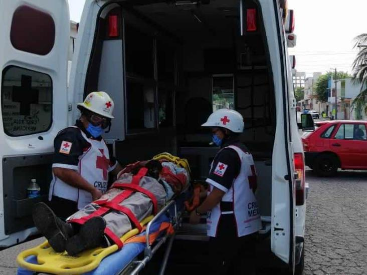 En Veracruz, se impactan dos motociclistas; uno queda gravemente herido