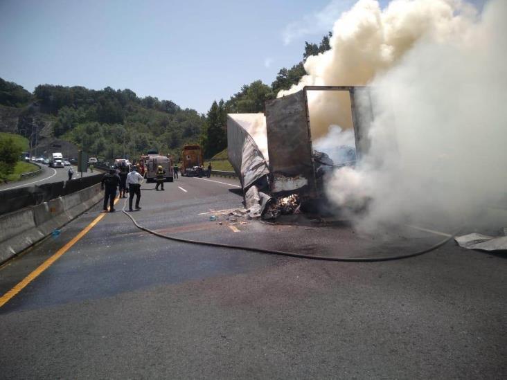 Se quema trailer en libramiento Xalapa-Perote