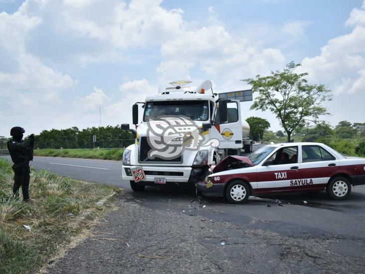 Taxi choca contra pipa en la Transístmica; familia sufre lesiones