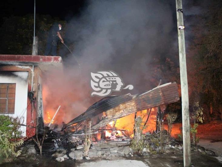 Voraz incendio consume pequeña vivienda en Martínez de la Torre