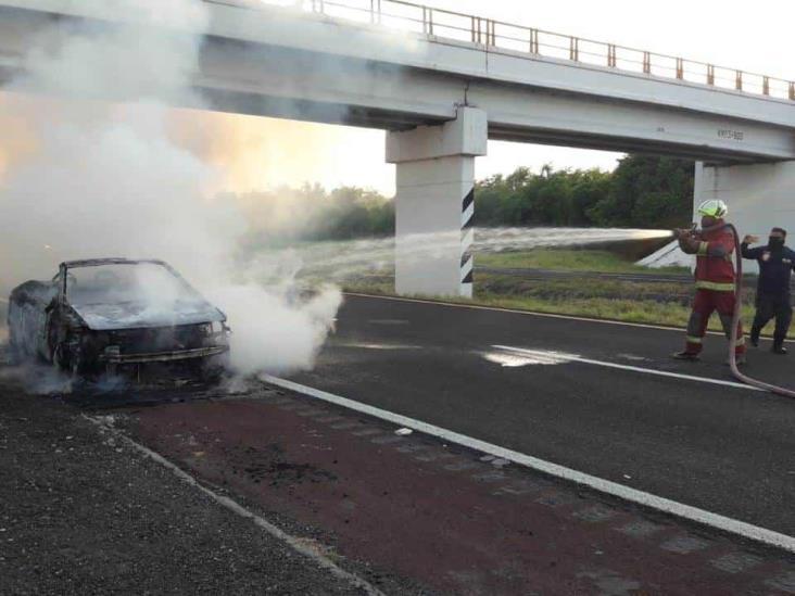 Se incendia vehículo sobre la autopista Veracruz-Córdoba