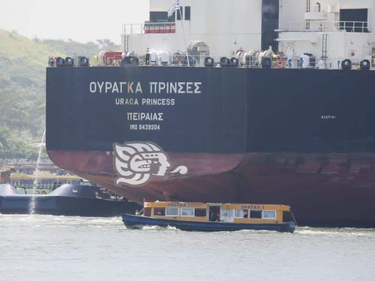 Lanchas torean buques en el río Coatzacoalcos