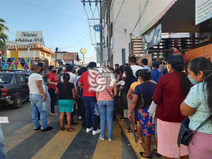 Hacen guardia para cobrar apoyo federal en Acayucan