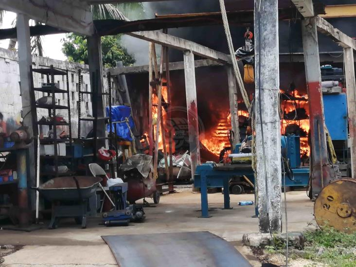 Incendio en taller mecánico de Coatzacoalcos