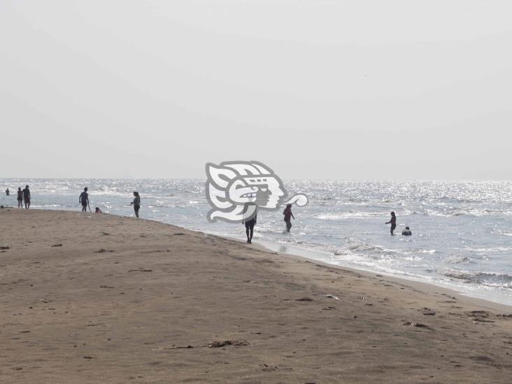 Familias acuden a playas de Agua Dulce sin sana distancia