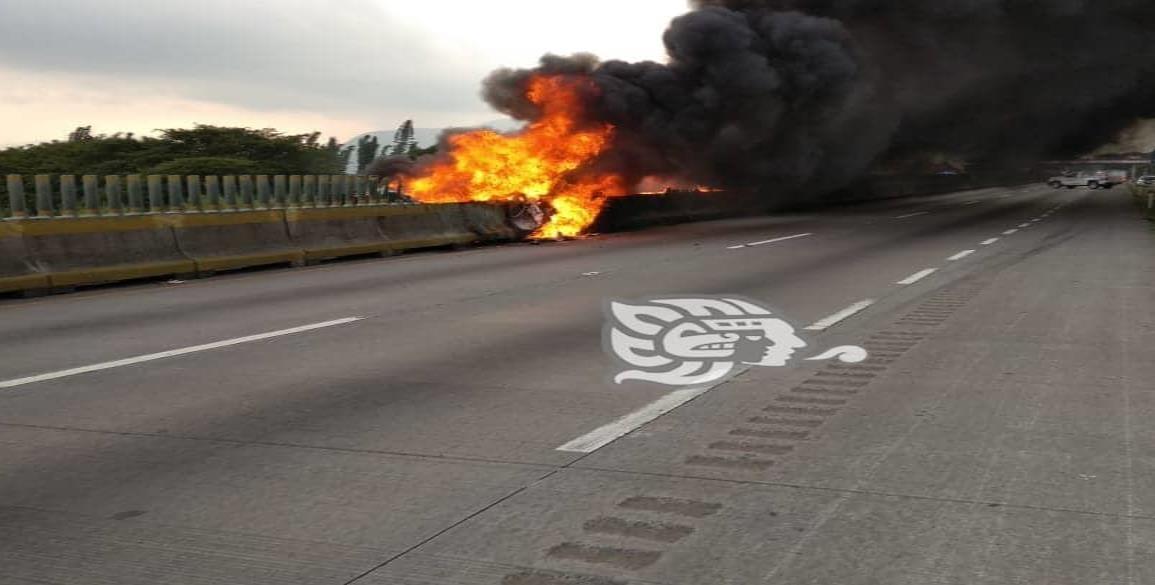 Tras choque, se incendia tráiler sobre la Córdoba-Veracruz