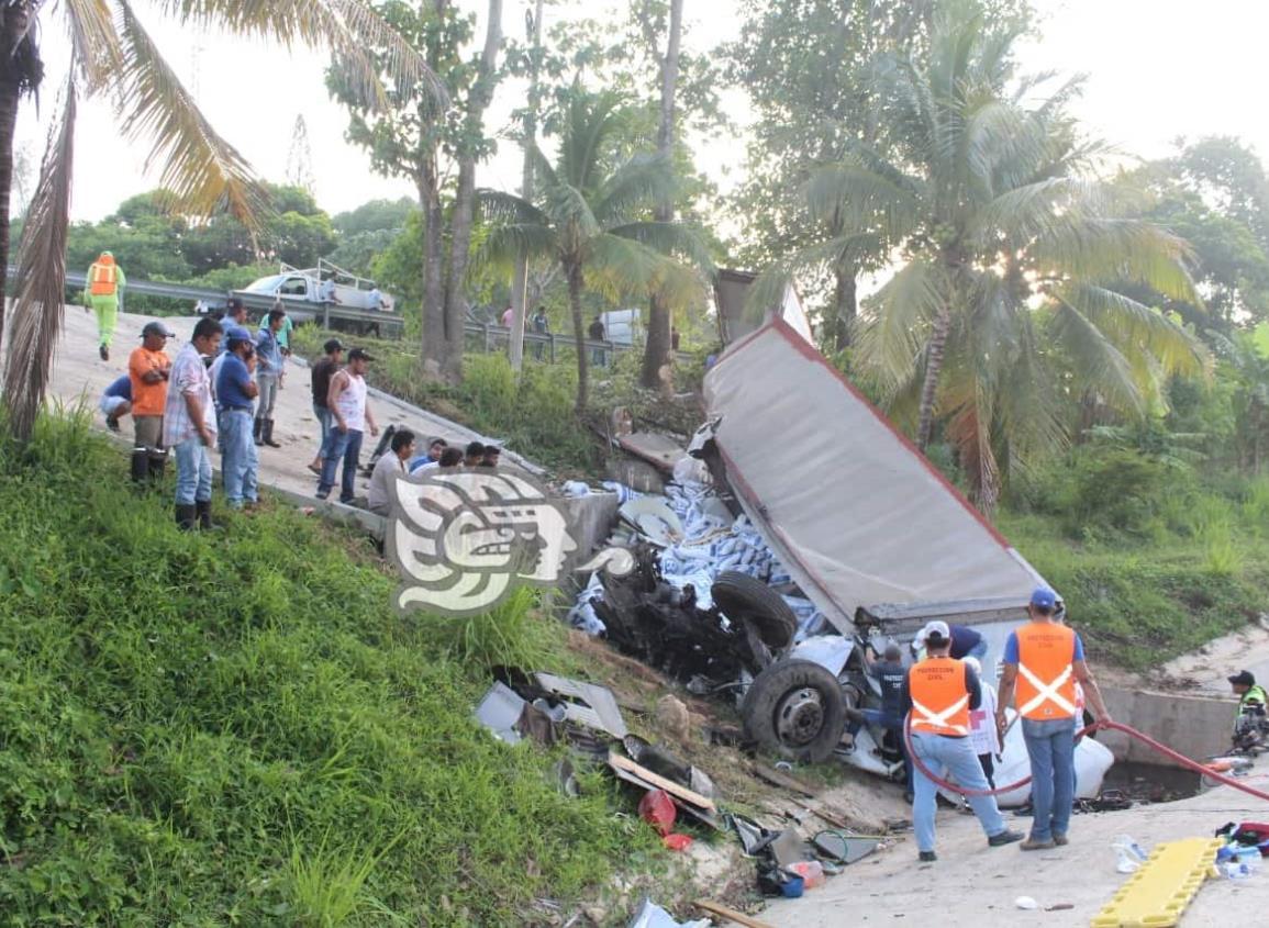 Aparatoso accidente en la Costera del Golfo; tráiler cae en camellón