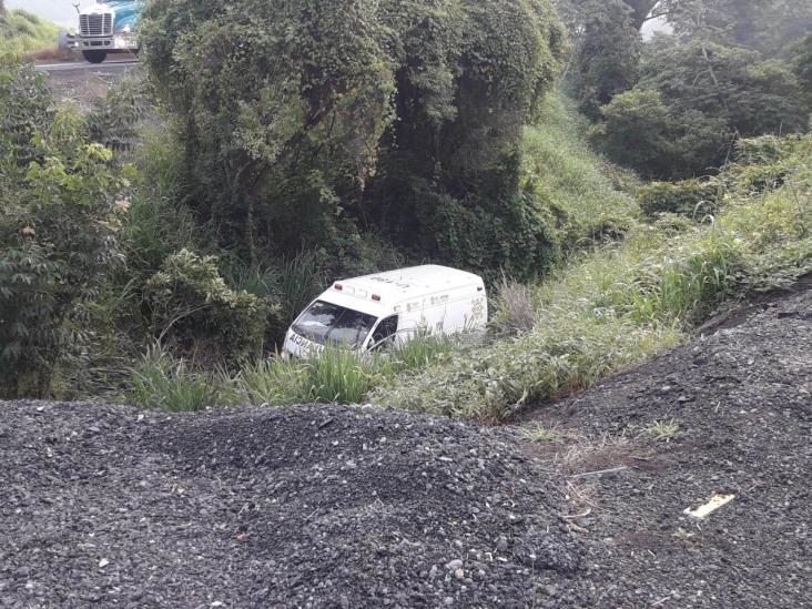 Se sale ambulancia de autopista en Veracruz y muere paciente con COVID-19